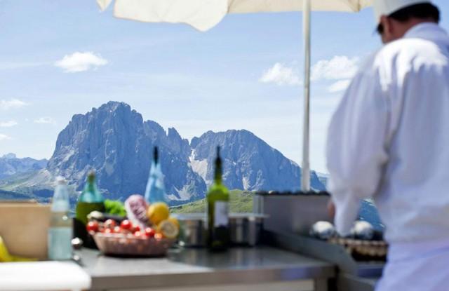 Gäste können den Wettkampf von einem privaten Tisch aus verfolgen. © Dolomites Horse Show