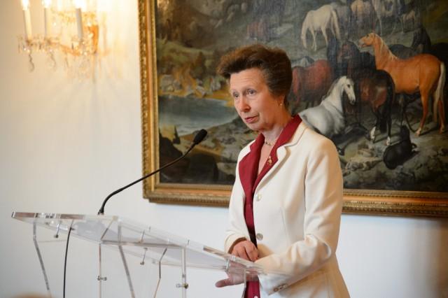 HRH Anne, The Princess Royal, die im Jahr 1969 in der Spanischen Hofreitschule unterrichtet wurde, zeigte sich erfreut und wies auf die Errungenschaften der Spanischen Hofreitschule hin und würdigte diese in ihrer Dankesrede. © RGE Media für Spanische Hofreitschule