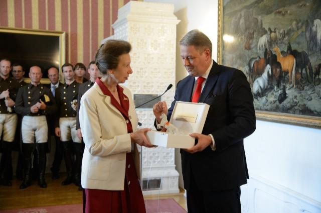 """Bundesminister Andrä Rupprechter übergibt HRH Anne, The Princess Royal den """"Prix d l'École d'Èquitation Espagnole de Vienne"""". © RGE Media für Spanische Hofreitschule"""
