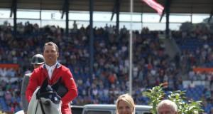 Dem Sieger gratulieren Christina Schulze Föcking, Ministerin für Umwelt, Landwirtschaft, Natur- und Verbraucherschutz des Landes Nordrhein-Westfalen, und ALRV-Präsident Carl Meulenbergh. © CHIO Aachen