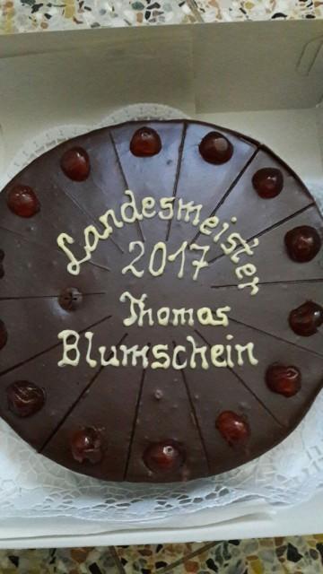 Der Obmann des Ottnanger Reit- und Fahrvereins Karl Pohn empfing den frisch gebackenenen OÖ Landesmeister mit einer Torte. © Privat