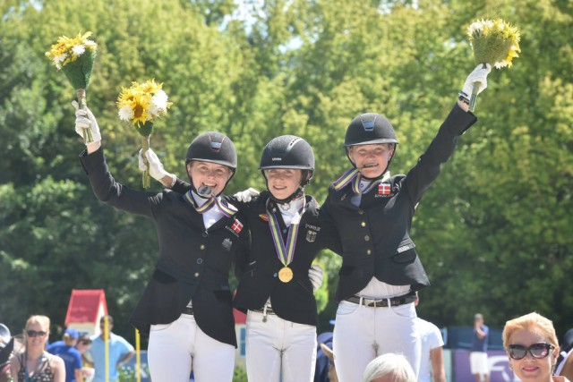 Strahlende Medaillengewinnerinnen bei der Siegerehrung nach der Musikkür bei der Pony EM in Kaposvar (HUN). © Facebook FEI European Championships für Ponies 2017