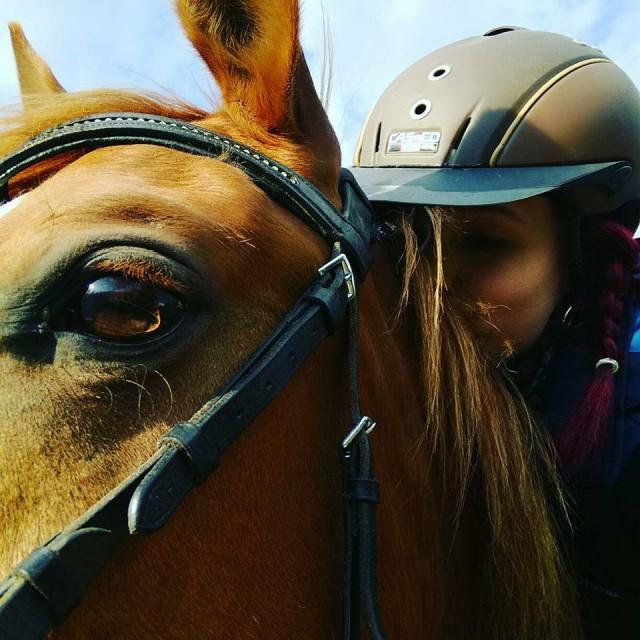 Karoline Poschacher küsst ihr Pferd vom Sattel aus. © Karoline Poschacher