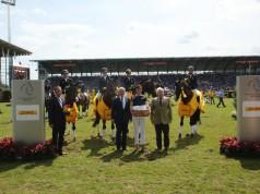 The winning team is congratulated by German NF President Breido Graf zu Rantzau, Katja Busch, DHL Paket Deutschland and ALRV-President Carl Meulenbergh. © CHIO Aachen