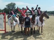 Die stolzen Reiterinnen aus dem Niederösterreichische Pony Mannschaftsteam, vom RV RAIKA Neuhofen an der Ybbs, rund um Trainer Alfred Hausberger. © Facebook/Uschi Seipel