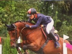 Die bayrische Fixkraft Reiterin Katharina Werndl siegte in der Springpferdeprüfung Kl. M mit Cool Catoo in Otterfing. © Privat