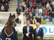 The winner is congratulated by Christian Sewing, Vice Chairman Deutsche Bank AG and ALRV-President Carl Meulebergh. © CHIO Aachen, Foto Studio Strauch