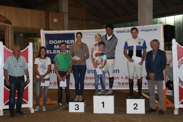 Der Sieger Peter Englbrecht und die Platzierten der OOEPS Jumping Tour 135 – 140 cm. © Brunnmayr Fotografie