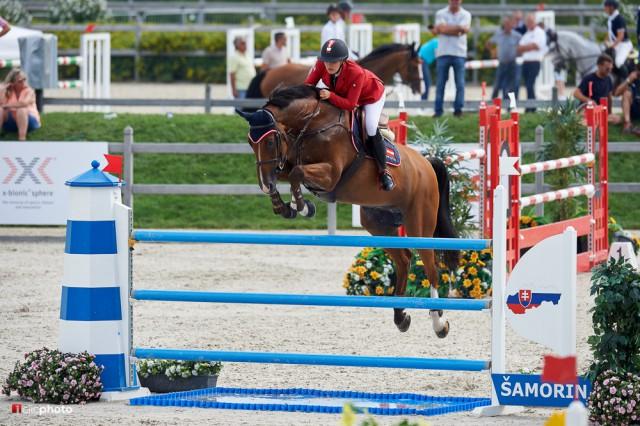 Gut gemacht! Anna Markel (NÖ) und ihr Cascaro kamen ebenfalls mit nur einem Abwurf ins Ziel an Tag 01 der Junioren EM. © Hervè Bonnaud