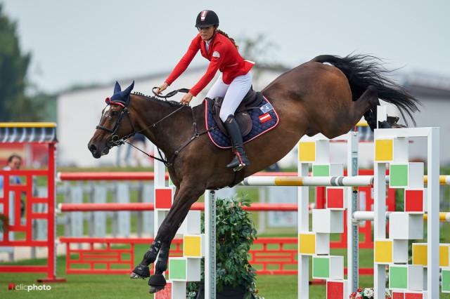 Josefina Goess-Saurau (B) und Phantastic beendeten das erste Springen bei den Jungen Reitern mit einem Abwurf auf dem hervorragenden 29. Platz. (c) Hervè Bonnaud
