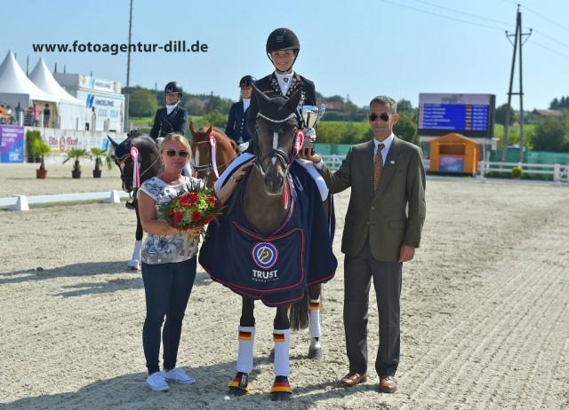 Platz eins für Jana Lang (GER) und Nur Fuer Dich in der internationalen Pony Dressurprüfung. © Fotoagentur Dill