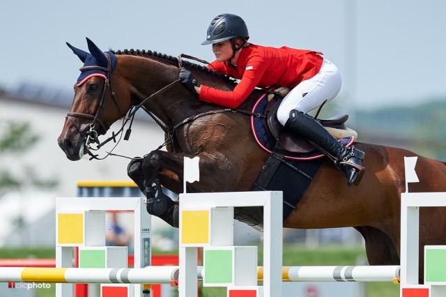 Laura Sutterlüty (V) und Saphir VIII bei der EM der Jungen Reiter in Samorin (SVK). © Hervè Bonnaud