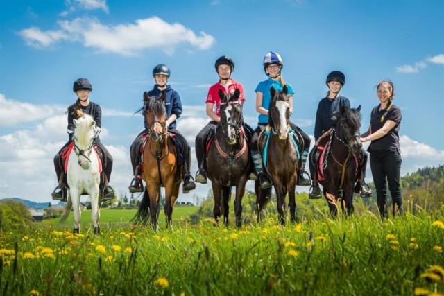 Team U14 von links: Verena/Gipsy (OÖ), Chiara/Pedro (NÖ), Lisa/Ebony (OÖ), Marlies/Nikita (OÖ), Marina/Blümchen (NÖ), Stav (Nationaltrainerin) © Ponyhof Daneder