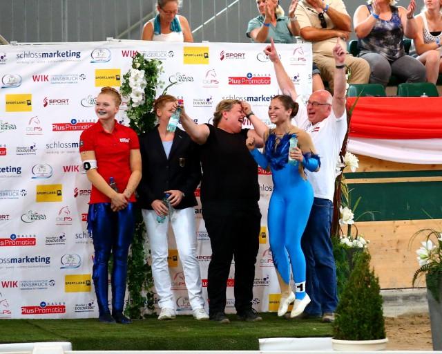 So jubeln Weltmeister: Der Jubel von Longenführerin & Trainerin Manuela Barosch und Nicole Brabec (ganz rechts) kennt keine Grenzen. © Andrea Fuchshumer