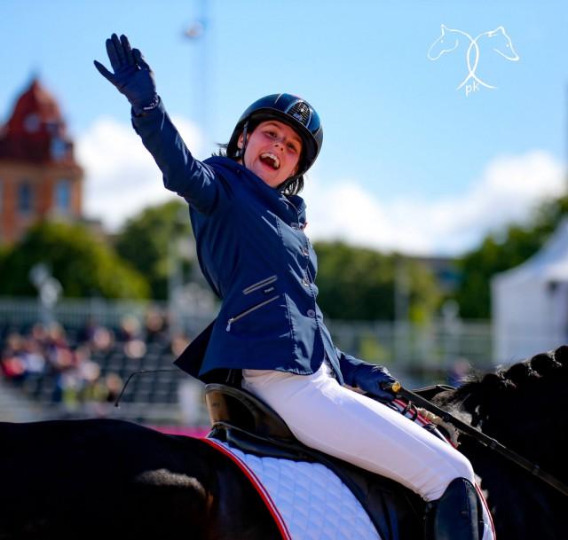 Mega Happy war Julia Sciancalepore über ihre Leistung und ihr inzwischen 21-jähriges Verlasspferd Pommery 4. © Petra Kerschbaum