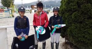 Die Gesamtsiegerinnen im EQWO.net Pony Cup 2017 (von links nach rechts): Elisabeth Knaus (Platz 3), Jana Schöpf (Platz 2), Ludovica Goess-Saurau (Platz 1)
