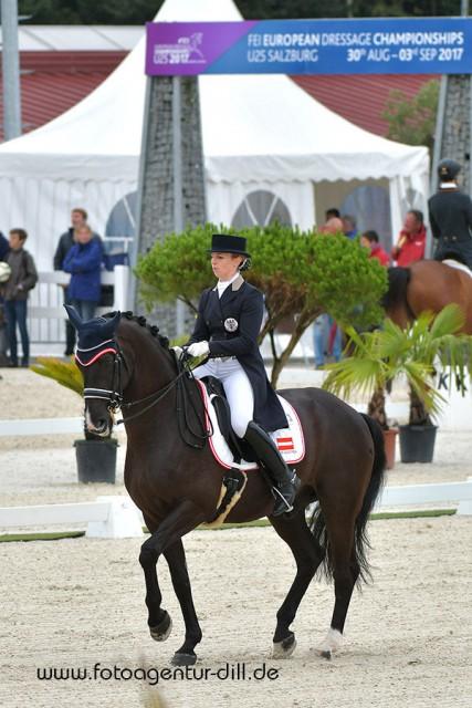 Franziska Fries (AUT/NÖ) und Atomic schafften es ebenfalls locker unter die besten 18 Europas und damit ins Finale der U25 EM in Lamprechtshausen. © Fotoagentur Dill