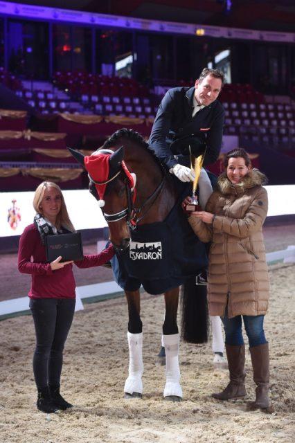 Claudine Pengg (rechts) von der Pferde von Auheim GmbH und Jennifer Göllner (links) gratulierten Christian Schumach zum Sieg im Pferde von Auheim Dressage Cup. © Fotoagentur Dill