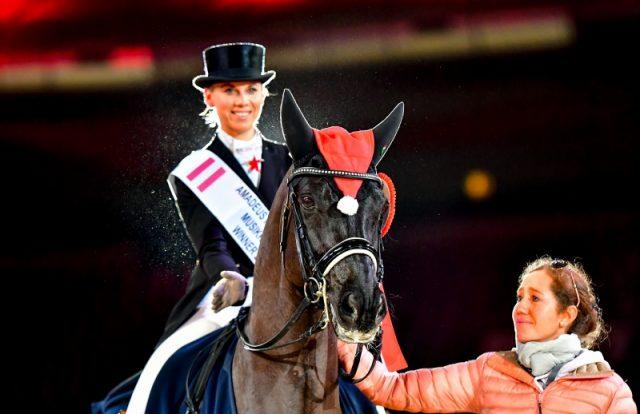 Die strahlende U25-Siegerin Karo Valenta und eine zu Tränen gerührte Stephanie Dearing. © im|press|ions – Daniel Kaiser
