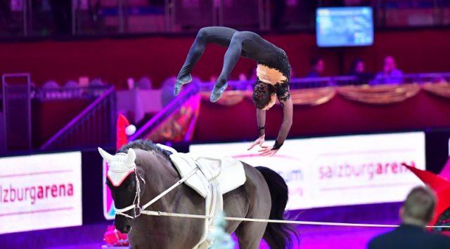 Lisa Wild turnte auf ihrem ehemaligen Erfolgspferd Robin, longiert von Nina Rossin zu Platz zwei im Weltcup der Damen. © im|press|ions – Daniel Kaiser