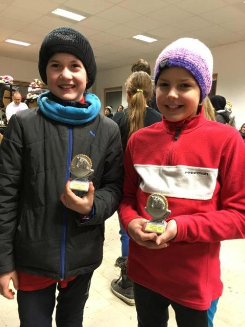 Platz drei in der Klasse U12 für die Turnierneulinge Küken Miriam Ecker vom URFV Allhartsberg und Kiana Kaffenda vom Reitverein Pfleger. © Ponyhof Daneder
