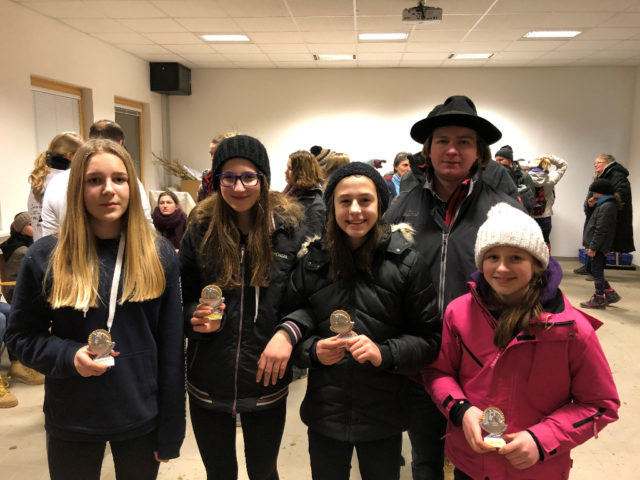 Klasse U 14 vom Mounted Games Wintercup in Tullnerbach: Emma Hüthmayer, Marlies Brandner, Ronja und Lilli Mayer mit Richter Patrick Montgomery. © Ponyhof Daneder