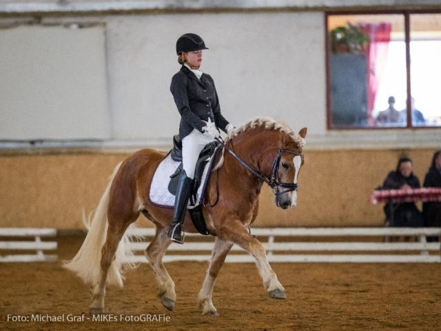 Lisa-Maria Lenz und der fünfjährige Stasinello entschieden die Dressurpferdeprüfung der Kl. A für sich. © Michael Graf