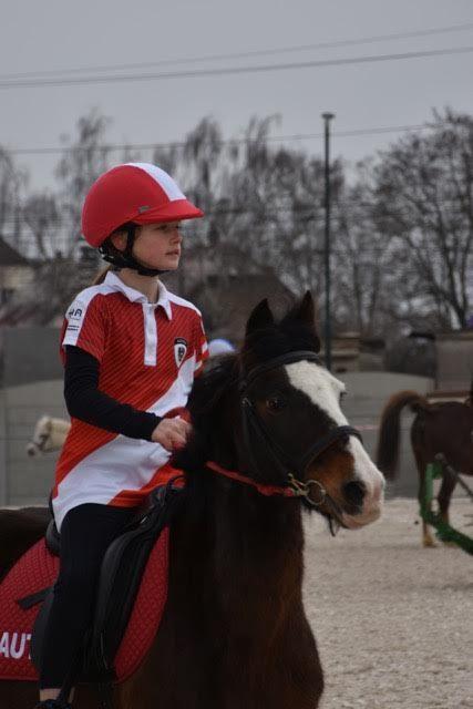 Ronja Mayer auf Nikki gehört zum Team der U12-Reiterinnen. © Ponyhof Daneder