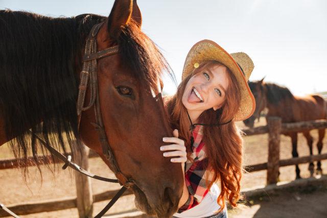 """Wissenschafterin Leane Proops: """"Wir wissen, dass Pferde sozial intelligente Wesen sind, doch dies ist das erste Mal, das ein Säugetier diese besondere Fähigkeit gezeigt hat."""" © Adobe Stock"""