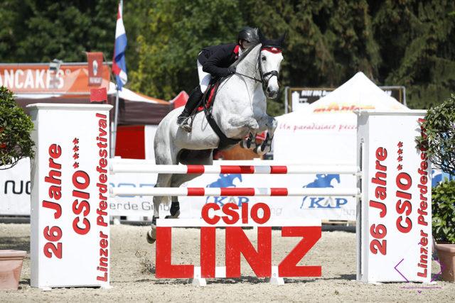 Willi Fischer (OÖ) konnte gestern mit Dollargirl den Auftakt der internationalen U-25 Tour für sich entscheiden und wird heute in Linz mit Colmar 2 den Nationenpreis bestreiten. © Team Myrtill/ Linzer Pferdefestival