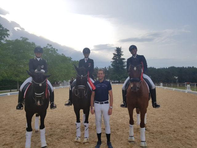 Der stolze Trainer Christian Schumach mit seinen Schülern Caro & Oliver Valenta sowie Franziska Fries, die sich für die U25-EM 2018 qualifizieren konnten. © Privat