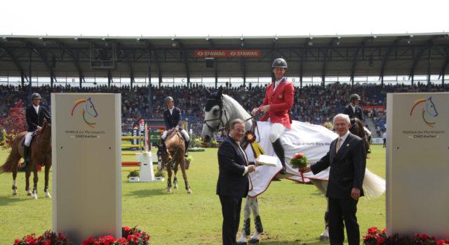 Dem Sieger gratulieren NRW-Ministerpräsident Armin Laschet und ALRV-Präsident Carl Meulenbergh (rechts). © CHIO Aachen/ Michael Strauch