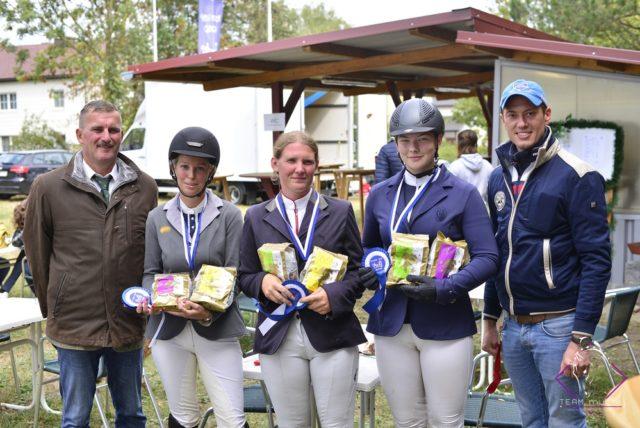 Die Siegerin und die Platzierten in der 115 cm WKNÖ Trophy mit Springreferent Martin Goiser (links) und Ralph Buchberger (RV Geiger). © NOEPS
