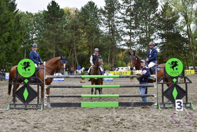 Der Sieger und die Platzierten der 130 cm WKNÖ Trophy über 130 cm mit Springreferent Martin Goiser (links) und Ralph Buchberger (RV Geiger). © NOEPS
