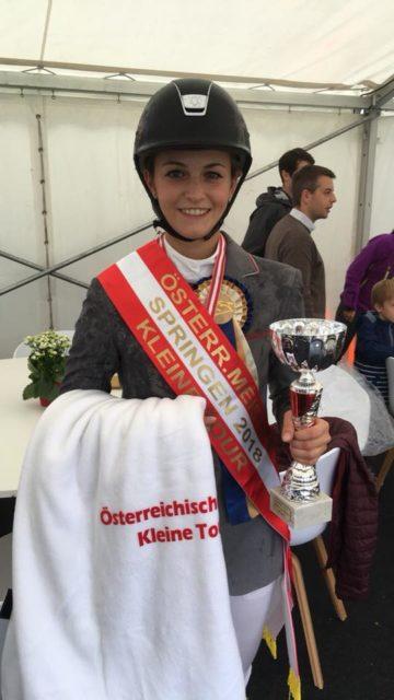 Natalie Magyer holt in der Wiener Freudenau den Titel ÖM Springen Kleine Tour für das Reitsportzentrum Lassee in Niederösterreich. © Facebook RSZ Lassee