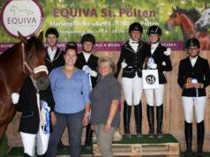 Die Platzierten im Sommer Dressurcup powered by Second Horse mit Sponsorin Theresa Stern von Second Horse (links vorne) und Christa Rammel. © Krizstian Buthi