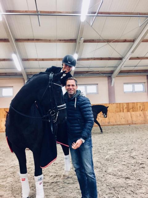 Christian Schumach freut sich mit seiner Schülerin Karoline Valenta über das gelungene Weltcup-Debüt. © privat