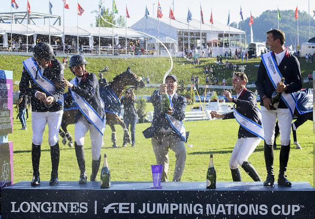 Das französische Team feiert den Sieg im Longines FEI Jumping Nations Cup™ of Switzerland in St Gallen. © FEI/Richard Juilliart
