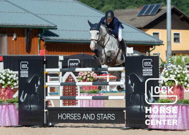 Der Finaltag im GLOCK HORSE PERFORMANCE CENTER Austria begann mit der Schweizer Hymne zu Ehren von Martin Fuchs (SUI) und Silver Shine, den Siegern der CSI5* GLOCK's Perfection Tour über 1,50 m. © Nini Schäbel