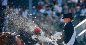 Zum Schluss gibt es eine Champagner-Dusche von Europameisterin Isabell Werth für ihre beiden Teamkolleginnen. © Petra Kerschbaum