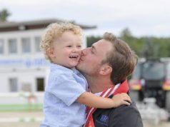 So viel Glück in einem Bild: Der Österreichische Staatsmeister Springreite 2019, Christian Rhomberg, und sein Sohn Oskar. © Fotoagentur Dill