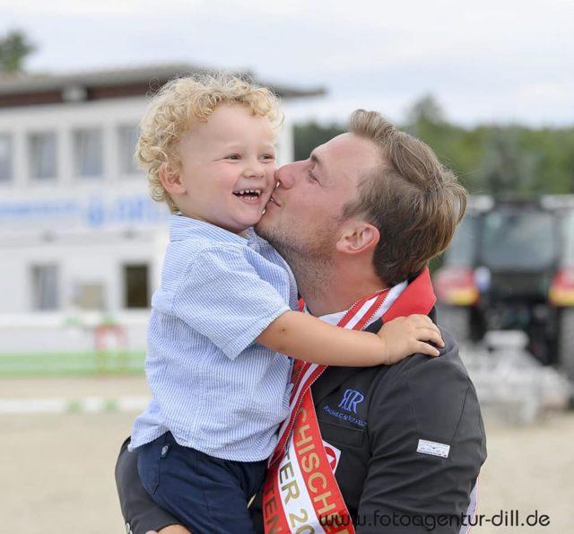 So viel Glück in einem Bild: Der Österreichische Staatsmeister Springreiten 2019, Christian Rhomberg, und sein Sohn Oskar. © Fotoagentur Dill