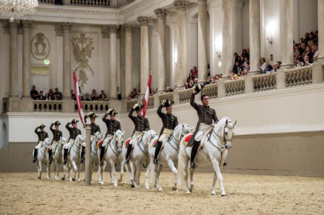 Die berühmte Schulquadrille der Spanischen Hofreitschule. © SRS   René van Bakel