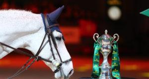 Siegerpferd Clooney freundet sich schon mal mit dem Pokal beim Rolex Grand Slam an! Vielleicht kann er ihn in s`Hertogenbosch ja wiedertreffen. © CHI de Geneve / scoopdyga.com