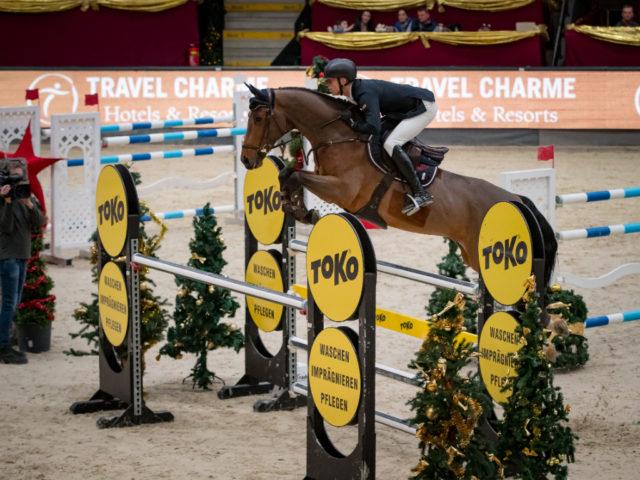 Max Kühner (T) ist für die Zukunft bestens gerüstet: der erst 8-jährige Elektric Blue P startet bei der Weltcupstation bei der Olympia Horse Show in London durch und wird sensationell Zweiter! © Michael Graf