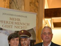 Die beiden Autoren Andrea Kerssenbrock und Johannes Hamminger präsentieren ihr Buch: Das Pferd sagt es uns jeden Tag - Pferdewissen aus der Stallburg © FKSK