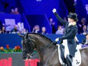 Yes! Isabell Werth kann sich immer noch freuen: es ist ihr bereits fünfter Sieg in Serie in Amsterdam. Ihre sportliche Erfolgspartnerin: Weihegold OLD. © Petra Kerschbaum