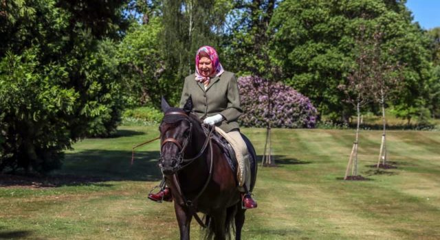 Nach Wochen der Isolation zeigte sich Queen Elisabeth II. wieder im Freien - und das wie es sich gehört auf dem Rücken ihres Ponys! © Facebook: The Royal Family
