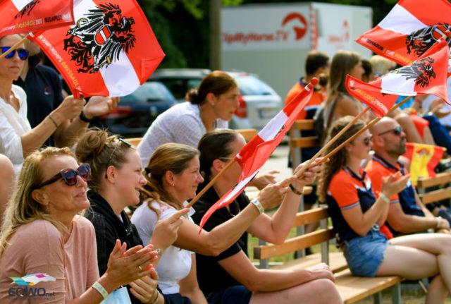 Wer nicht reitet, feuert an! Das österreichische Team jubelte jedem Reiter voller Elan zu. © Petra Kerschbaum