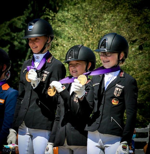 Gold geht erneut an Deutschland und sein Children-Team! Die drei Siegerinnen zeigen stolz ihre Goldene. © Petra Kerschbaum